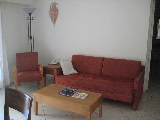 Panareti Paphos Resort: мебель конечно же старая, чехлов на диване нет вообще