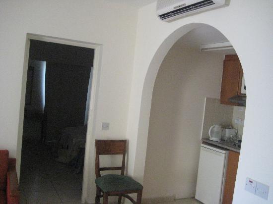 Panareti Paphos Resort: в каждой комнате есть кондиционер, этот не охлаждал, работал, как вентилятор, давно не чистили.