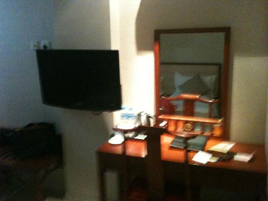 Beijing Saga Hotel: Spiegel und Tisch