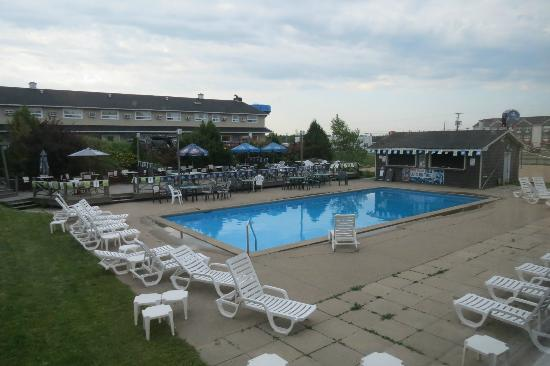 Howard Johnson Plaza Hotel Fredericton: outdoor pool
