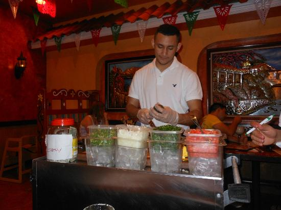 Mi Pueblo Mexican Restaurant: Guacamole made tableside.