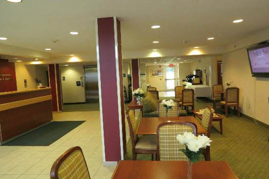 Microtel Inn & Suites by Wyndham Dover : lobby