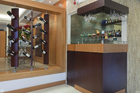 Howard Johnson Hotel - Quito La Carolina: LOBBY BAR