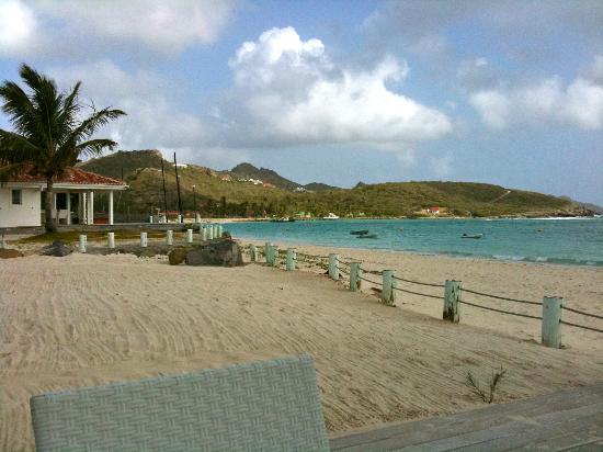 Hotel Emeraude Plage : Vue la baie de St Jean et la piste de l'aéroport donnant sur la plage!