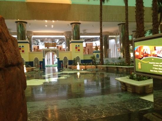 Jeddah Hilton Hotel: lobby entrance to downstairs restaurant