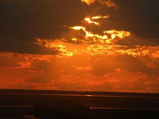 Lake Shore Motel: Beautiful Sunsets!
