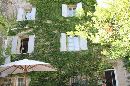 La Maison des Lauriers : la façade vue de la terrasse