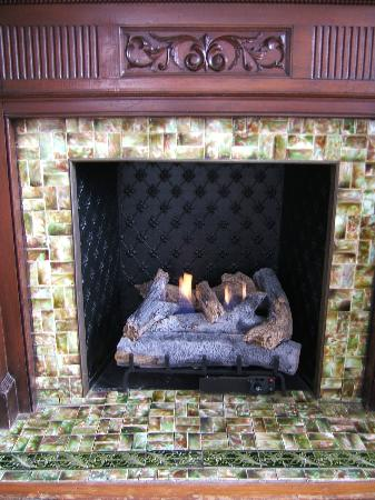 Chart House Inn: Cozy Fireplace in the Parlour