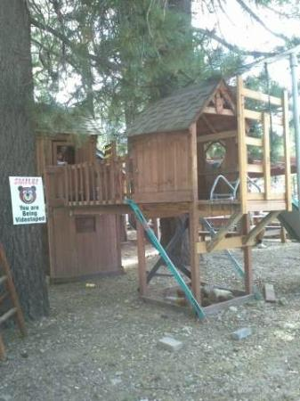 Cabins4less : playground on the cabin grounds