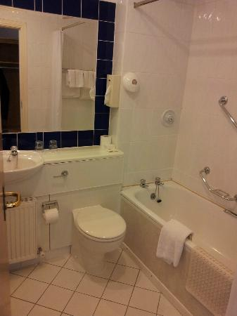 Waterford Marina Hotel: Clean bathroom