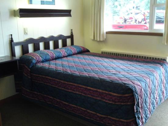 Home Motel: One Queen Bed