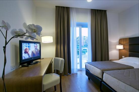 Hotel Plaza: Comfort room with balcony