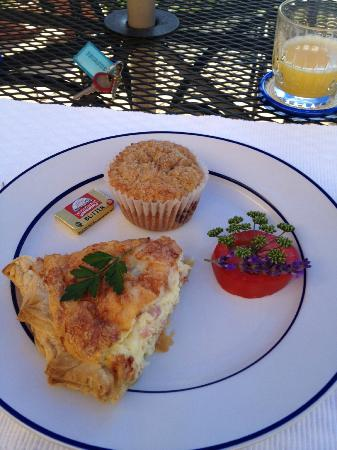 Adobe & Stars Bed and Breakfast Inn of Taos: Delightful breakfast in the courtyard!