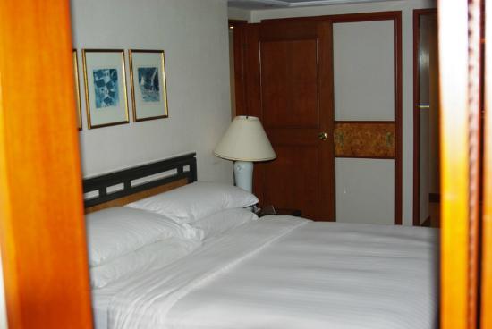 The Royal Pacific Hotel & Towers: Towers Harbour Suite. Спальня (вид с закрытого балкона)