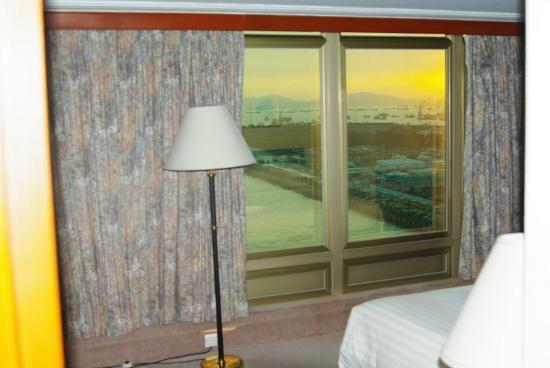 ذا رويال باسيفيك هوتل آند تاورز: Towers Harbour Suite. Вид из окна спальни 