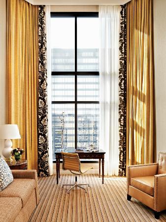 Four Seasons Hotel Vancouver : Prime Minister Desk