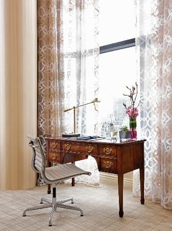 Four Seasons Hotel Vancouver : Royal Suite Desk