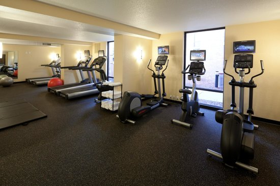 Ramada Plaza Minneapolis : Fitness center complete with free weights and exercise mat area