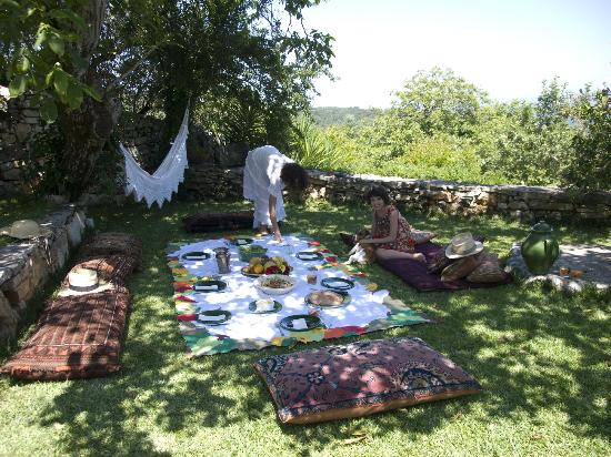Villa Pedra Natural Houses: A family pic-nic in my garden
