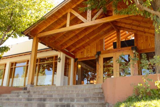 Tierra Mapuche: La entrada, flanqueada por los cerezos
