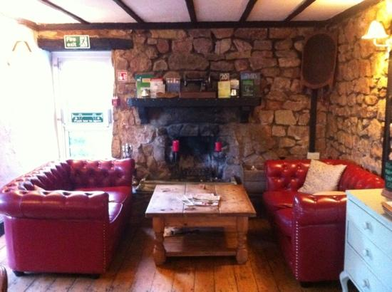Ye Old Ferrie Inn: Seating by the fire