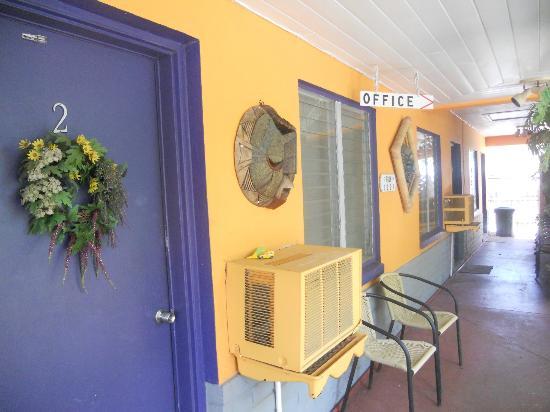 Amber Tides Motel: Outside Hallway