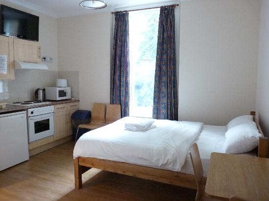 Earls Court Studios: Double bed studio