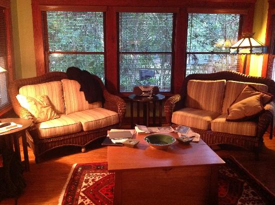 The Magnolia Plantation Bed and Breakfast Inn: Nutmeg's comfortable living room