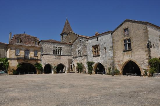 Hotel-Restaurant Edward 1er : Main square of Monpazier