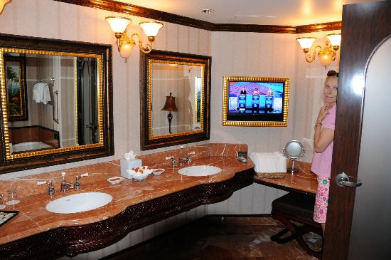 Peppermill Resort Spa Casino  Biiig bathroom with TV. Jacuzzi bathtub with painting above   Picture of Peppermill Resort