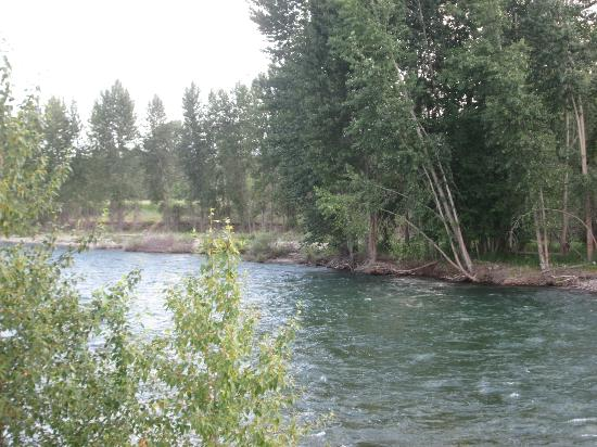 River Run Inn: The Methow River which is right by the cabins