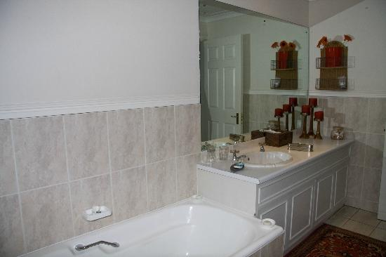 Carslogie House: Bathroom with shower and bath