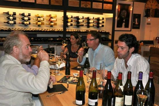 """Txerri Gorria: La """"Table """"de la cave (climtisé) mais aussi la terrasse à température pour associer vins et prod"""