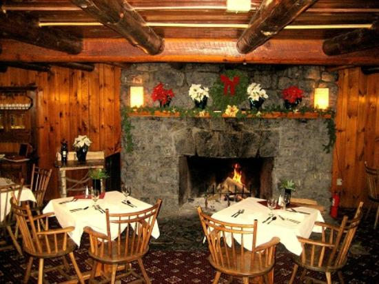 Garnet Hill Lodge: The grand fireplace in the style of Adirondack Great Camps