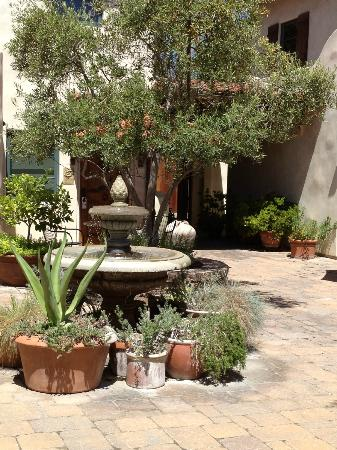 Su Nido Inn - Your Nest In Ojai: The lovely Su Nido courtyard
