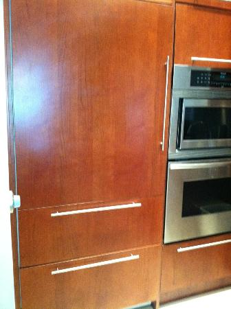 Blue Haven Resort: Modern fridge/freezer