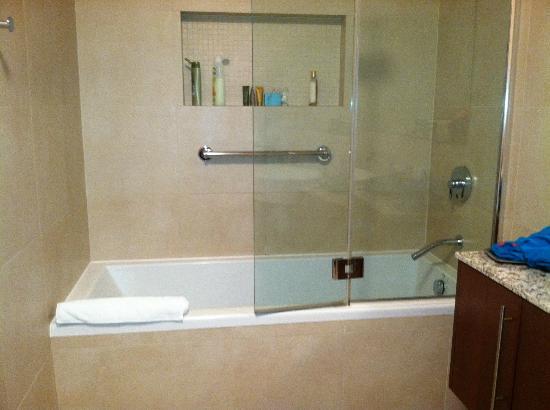 Blue Haven Resort: Huge bathroom