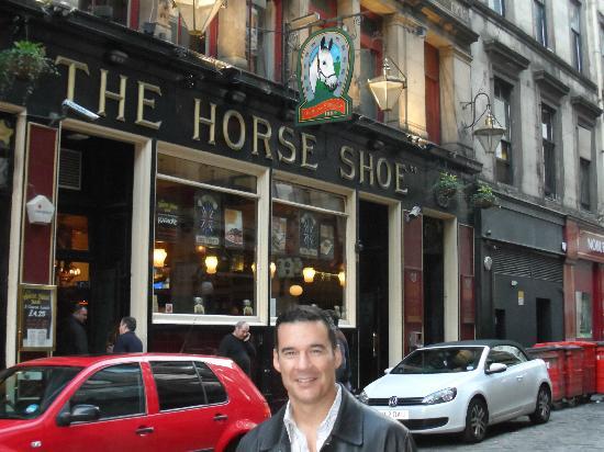 Horse Shoe Bar: Outside this classic pub