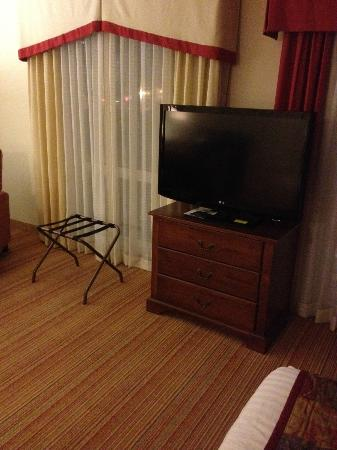 Residence Inn Charlotte Uptown: The TV can be viewed from the bed
