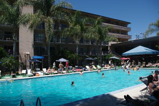 Sportsmen's Lodge Hotel: Nice poolarea with music from a DJ at sunday