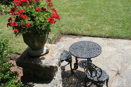 Albemarle Inn: Table overlooking gardens