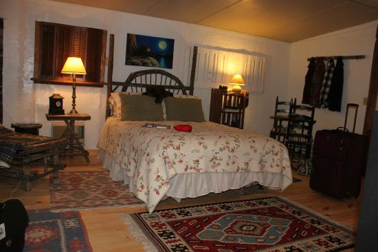 Gable Haus Country Inn & Linville Cottages: First Floor Bedroom in the Main House
