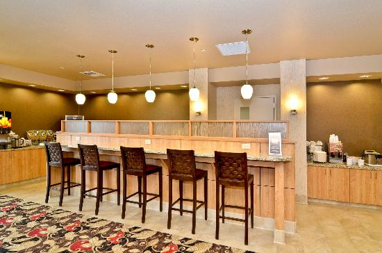 Comfort Suites Helena: Breakfast Seating and Computer Bar