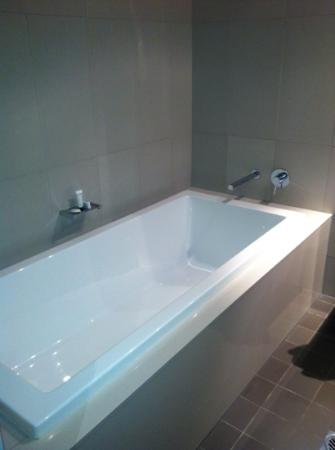 Novotel Newcastle Beach: the bath was deep and luxurious