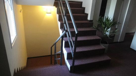 Aires de Tandil: Escaleras para subier al piso.
