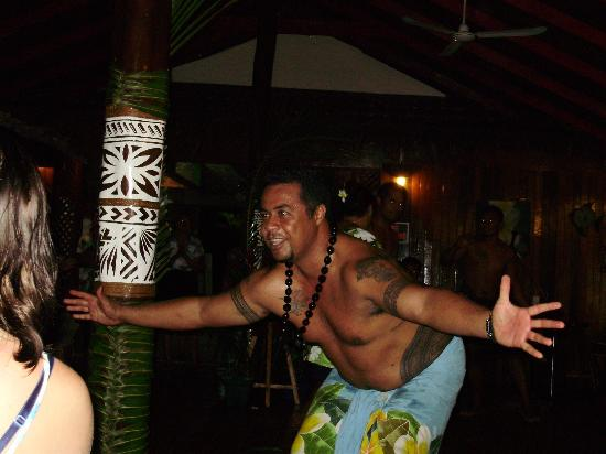 Va-i-Moana Seaside Lodge: Sale, the owner and more energetic than any teenager, leads an evening display of traditional da