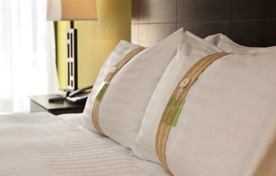 Holiday Inn Gurnee Convention Center : Clean, comfortable bedding