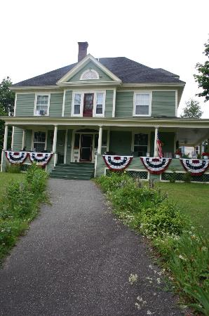 The Young House Bed and Breakfast: Walkway leading to front of house