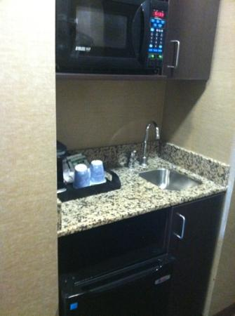 Holiday Inn Express Missoula NW: fridge, microwave and sink