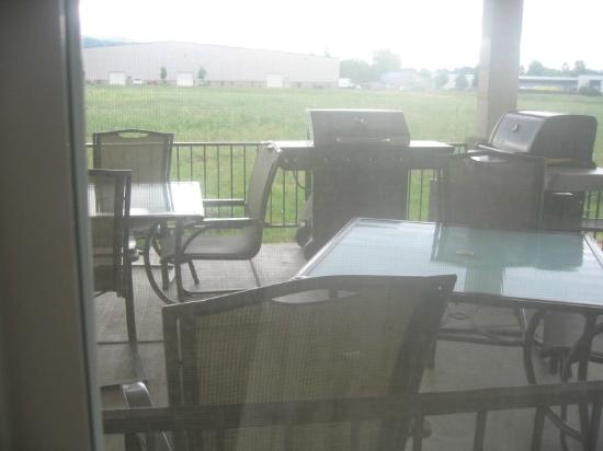 Candlewood Suites Medford: BBQ patio area seen through Room 111's window